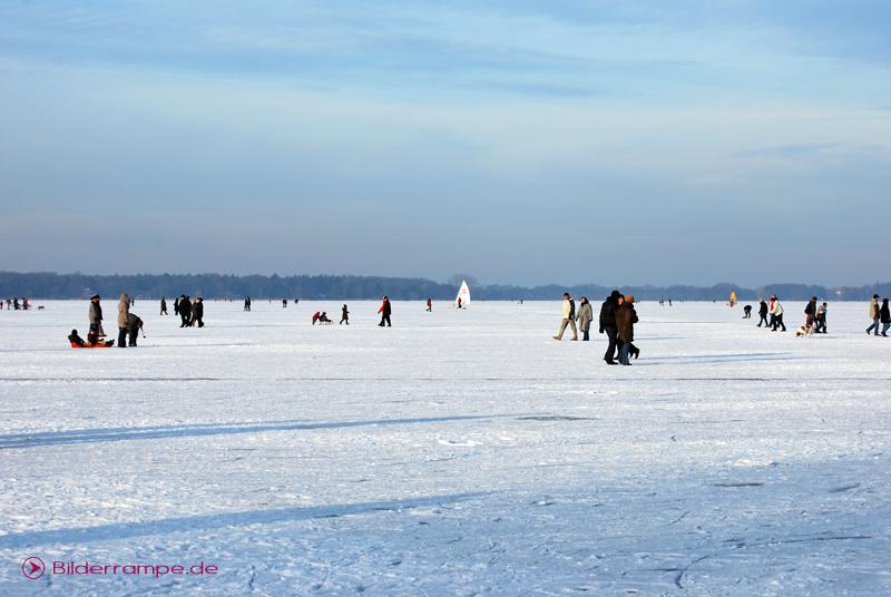 Skifahren und Rodeln im Schnee