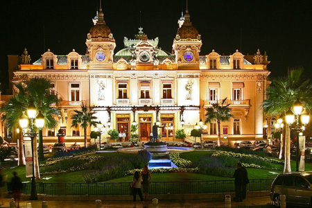 "Quelle: ""Real Monte Carlo Casino"" by sam garza from Los Angeles, USA - Monte-Carlo Casino. Licensed under CC BY 2.0 via Wikimedia Commons"